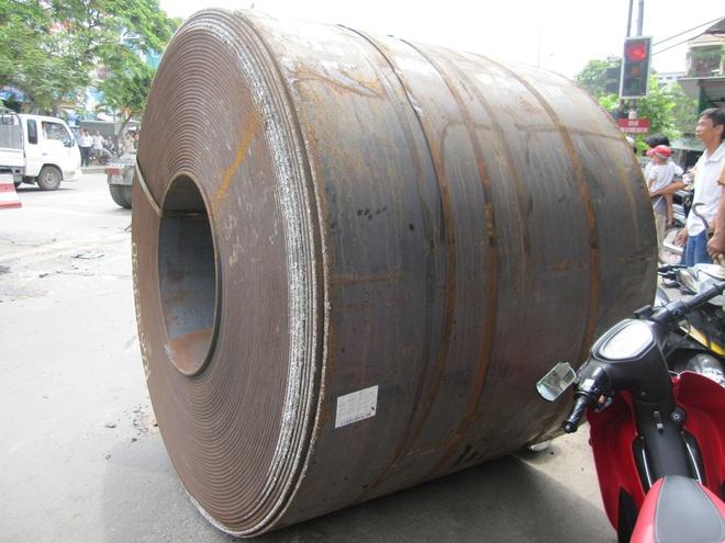 Cuon thep 30 tan lan tu oto xuong duong hinh anh 2 Cuộn thép nặng 30 tấn đe dọa tính mạng của người đi đường và nhà dân ven đó