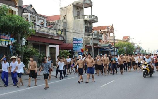 Gan 50 hoc vien cai nghien o dat Cang da quay lai trung tam hinh anh 1 Hàng trăm học viên cai nghiện sau khi bỏ trốn, cởi trần đi về TP Hải Phòng. Ảnh: Người lao động.