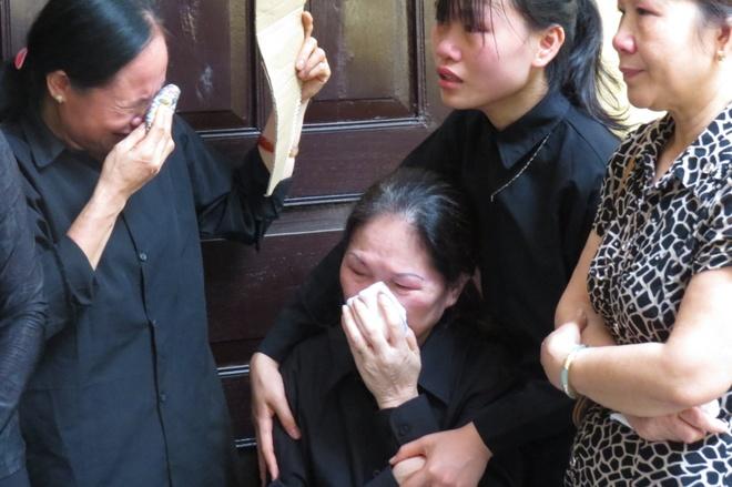 Mẹ của phi công Nguyễn Anh Tú (ngồi) đau đớn tột cùng vì mất con
