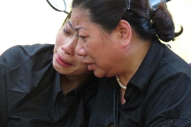 Người thân động viên chị Nguyễn Thị Kim Oanh (vợ anh Tú,bên trái) gắng vượt qua nỗi đau
