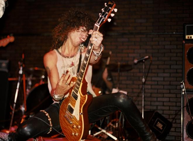 Tay guitar huyen thoai Slash va cay dan Les Paul hinh anh