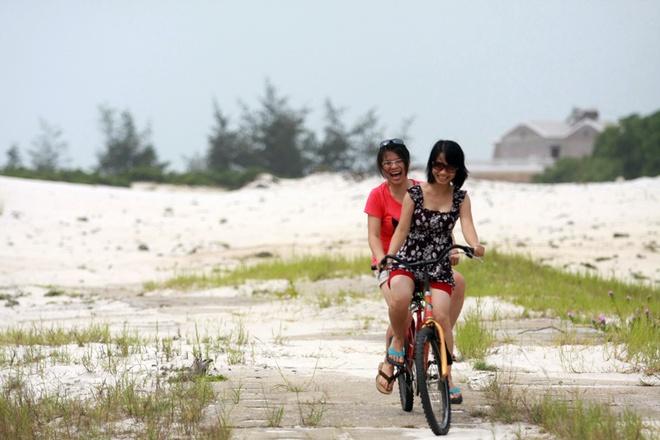 Quan Lan - bai bien dep va hoang so nhat mien Bac hinh anh 10 Bù lại, khách du lịch có những giây phút thư giãn như ý khác với việc đạp xe đạp đôi bên những cồn cát, dọc những con đường nhỏ đầy hoa.