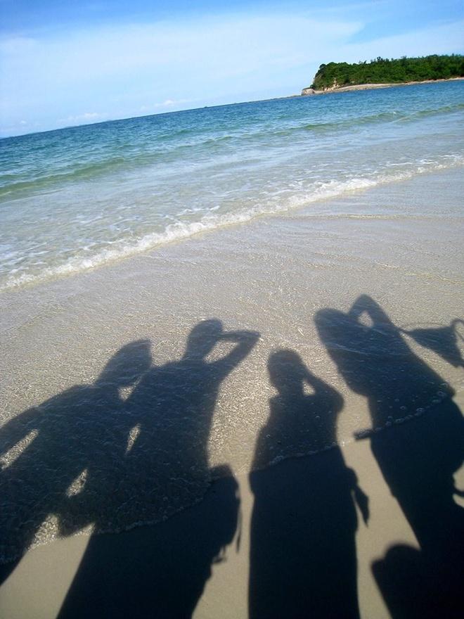 Quan Lan - bai bien dep va hoang so nhat mien Bac hinh anh 3 3.Bãi biển một ngày đầy nắng. Quan Lạn có 1 số resort với nhiều lựa chọn cho khách du lịch: Phòng nghỉ tiện nghi đủ tiêu chuẩn, hoặc nhà bằng gỗ thông ngay trên bờ biển cho khách muốn được thực sự trải nghiệm cảm giác hòa mình vào thiên nhiên.