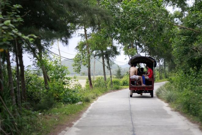 Quan Lan - bai bien dep va hoang so nhat mien Bac hinh anh 6 Với phương tiện giao thông chủ yếu là xe tuktuk. Khắp mọi nẻo đường trên đảo, từ cầu cảng về khách sạn, đến nhà dân, bãi biển, đâu đâu cũng có phương tiện này.