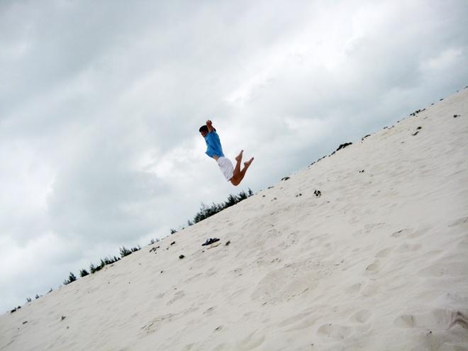 Quan Lan - bai bien dep va hoang so nhat mien Bac hinh anh 9 Đến đây, khách du lịch thỏa sức nhảy cát. Tuy nhiên trượt cát là hoạt động ít diễn ra,vì cồn cát không đủ cao để du khách có những cú trượt hoàn hảo.