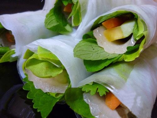 Cach lam banh trang cuon thit heo dung dieu Da Nang hinh anh 9 Khi ăn, trải 1 lớp bánh tráng lên bánh đa nem, lần lượt xếp các loại rau, dưa chuột, chuối xanh, dứa, thịt rồi cuộn chặt lại, chấm mắm nêm và thưởng thức.