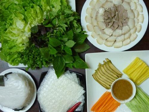 Cach lam banh trang cuon thit heo dung dieu Da Nang hinh anh 8 Thế là đã chuẩn bị xong các nguyên liệu cho món bánh tráng cuốn thịt heo rồi. Giờ các bạn chỉ cần bày thịt, bánh tráng và các loại rau ra đĩa, vì bánh tráng khá mỏng và dễ rách nên khi ăn nên dùng kèm với bánh đa nem.