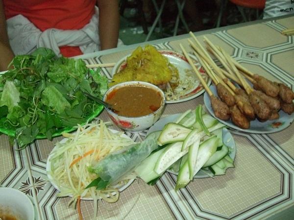 17 mon ngon dang dong tien bat gao o Da Nang hinh anh 3 Bánh xèo bà Dưỡng ở đường Hoàng Diệu đích thị là món ăn phù hợp cho mùa mưa ở Đà Nẵng. Nước chấm đặc biệt là thương hiệu riêng của quán ăn bình dân này đấy!