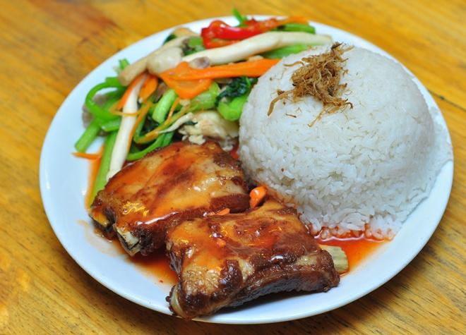 Ngon nhu an lau nam rieu cua bap bo ngay tro gio hinh anh 6 Quán có rất nhiều món cơm, xôi nấm gà rất thích hợp với bữa trưa của dân văn phòng.