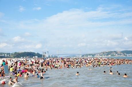 Du lich nghi le: Khach dong duc, nhieu diem qua tai hinh anh 2 Bãi tắm Hạ Long mới được cải tạo thu hút khoảng 2 vạn người ngày đầu mở cửa.