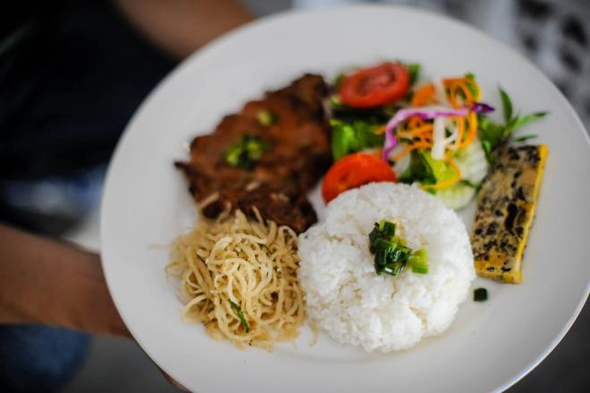 Pha lau dung dieu Sai Gon o Giang Van Minh hinh anh 5 Phá lấu ngon, lại miệng nhưng chỉ hợp làm bữa lót dạ, ăn chơi. Còn khách công sở đến đây lại thường gọi cơm tấm hơn. Cơm tấm của quán có đủ sườn bì chả đúng điệu Sài Gòn.