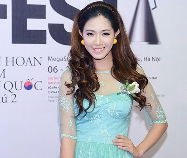 Khi hot girl Viet kem xinh vi loi thoi trang hinh anh 7 Khuôn mặt bợt bạt vì thừa phấn của Hà Min.