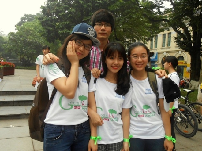 Có mặt tại sự kiện, hot girl Mẫn Tiên nhanh chóng trở thành tâm điểm chú ý của mọi người. Cô luôn nở nụ cười rạng rõ và vui vẻ cùng các bạn trẻ tham gia đạp xe, nhặt rác, kêu gọi chữ ký cam kết bảo vệ môi trường.