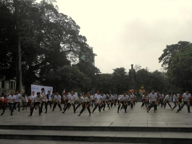 Hot girl Man Tien dap xe cung 500 ban tre Ha thanh hinh anh 9 Các tình nguyện viên trẻ tuổi còn tổ chức nhảy flashmob tập thể thu hút sự chú ý của người dân; thu gom rác, đạp xe vì môi trường, tuyên truyền tác hại của túi nilon, đổi túi nilon thành túi tự hủy sinh học xung quanh khu vực công viên Lý Thái Tổ.