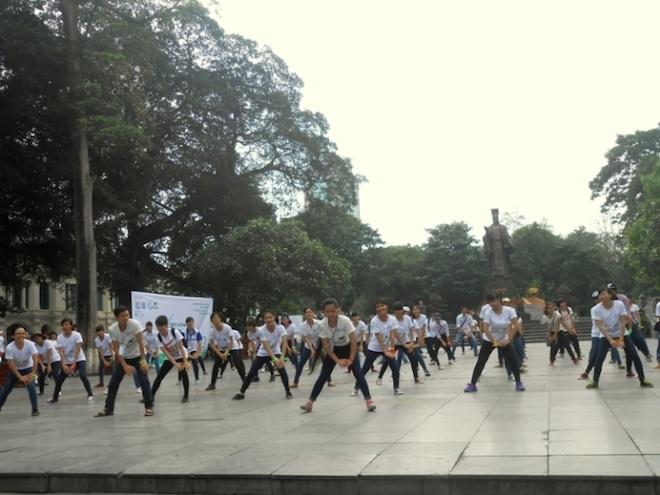 Hot girl Man Tien dap xe cung 500 ban tre Ha thanh hinh anh 10 Các tình nguyện viên trẻ tuổi còn tổ chức nhảy flashmob tập thể thu hút sự chú ý của người dân; thu gom rác, đạp xe vì môi trường, tuyên truyền tác hại của túi nilon, đổi túi nilon thành túi tự hủy sinh học xung quanh khu vực công viên Lý Thái Tổ.