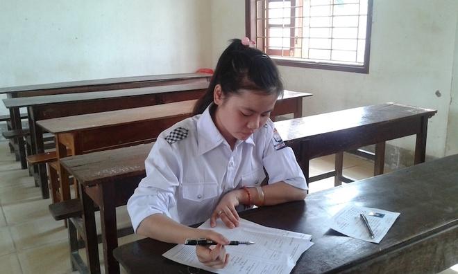 59 nguoi tuc truc mot thi sinh thi Su hinh anh 2 Thí sinh Nga đang điền thông tin vào tờ giấy thi.