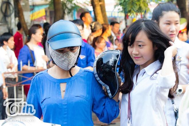 Thi sinh thi DH Ngoai thuong khoc nuc no vi quen may tinh hinh anh 4 Áp lực thi cử đã khiến không chỉ học sinh và ngay cả các phụ huynh cũng rơi vào trạng thái căng thẳng.