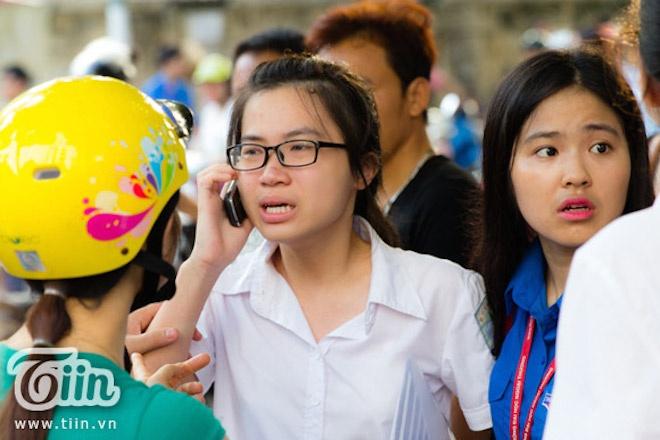 Thi sinh thi DH Ngoai thuong khoc nuc no vi quen may tinh hinh anh 3 Nhiều phụ huynh và tình nguyện viên đã có mặt để động viên.