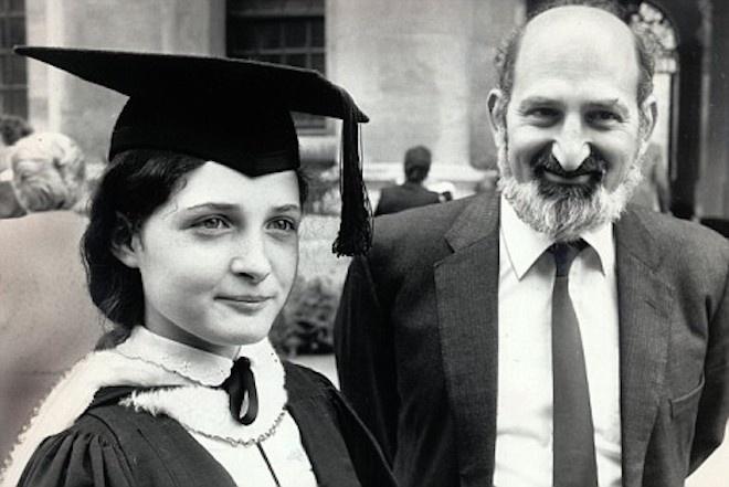 Học ở nhà do chính cha cô, Ruth Lawrence đóng gói A ở môn toán A-level tại chín và đã được chấp nhận tại Oxford ở tuổi 11, đã đi đầu tiên trong số 530 ứng cử viên tại các kỳ thi tuyển sinh. Cô còn lại trong năm 1985 với một lớp học đầu tiên   mức độ sau đó đã đi đến Đại học Harvard, phát triển một
