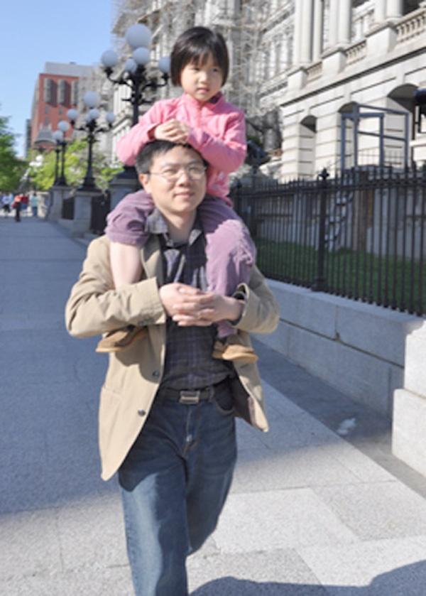 Cach day con pha tron hai nen van hoa cua GS Ngo Bao Chau hinh anh 2 GS Ngô Bảo Châu và cô con gái út.