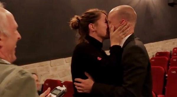 Nhung man to tinh co 1-0-2 vong quanh the gioi hinh anh 6 Cặp đôi này đã hôn nhau say đắm trong lời chúc mừng hạnh phúc của mọi người.