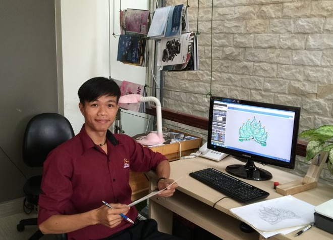 Tu xam dao den thiet ke vuong mien hoa hau hinh anh 1 Nguyễn Khắc Hoài Anh bên bản phác thảo vương miện hoa hậu VN 2014.
