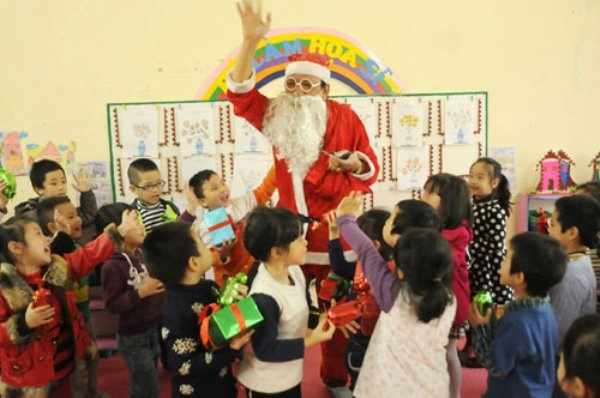 Ong gia Noel phien ban Viet di 'tac nghiep' hinh anh 12