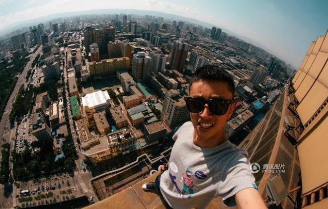 Chang trai lieu mang de selfie hinh anh