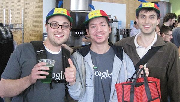 Phạm Tuấn Hưng cùng các đồng nghiệp tại trụ sở của Google.