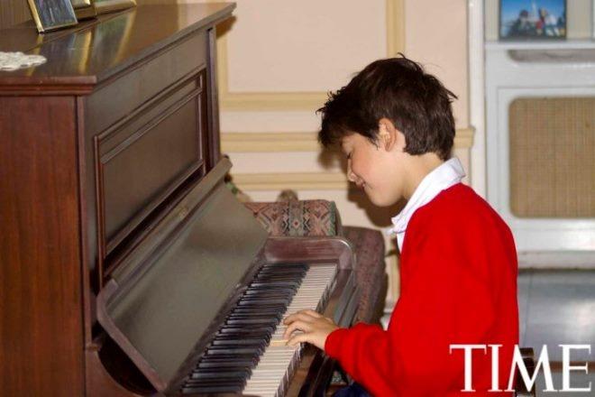 Tuoi tho it biet ve than dong so huu khoi tai san khong lo hinh anh 11 Nick (11 tuổi) tập đàn piano trong bộ đồng phục bóng bầu dục trước trận đấu sáng thứ 7.