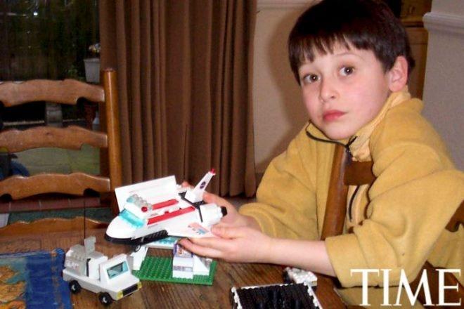 Tuoi tho it biet ve than dong so huu khoi tai san khong lo hinh anh 8 Nick (8 tuổi) yêu thích khám phá về vũ trụ và bắt đầu lắp ráp các mô hình tàu vũ trụ bằng Lego.