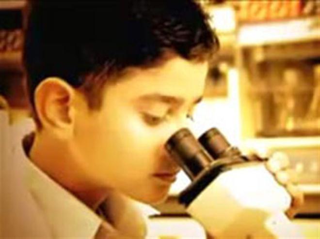 Akrit Jaswal, thực hiện thành công ca phẫu thuật khi mới 7 tuổi. (nguồn incrediblepeopleinspire)