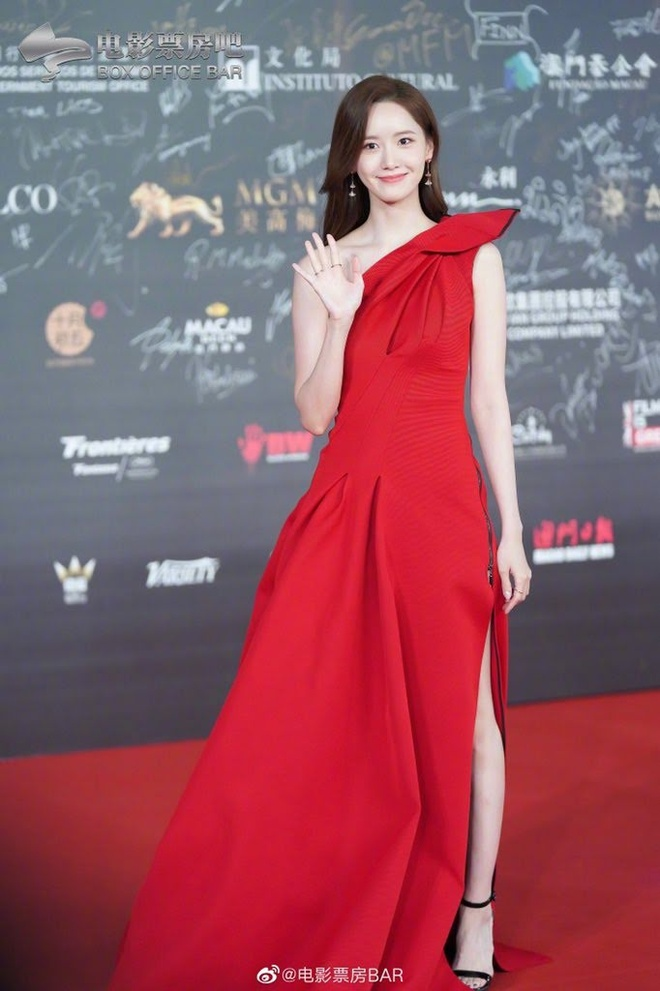 9 lan Yoona mac vay ho vai khoe dang goi cam tai su kien hinh anh 2