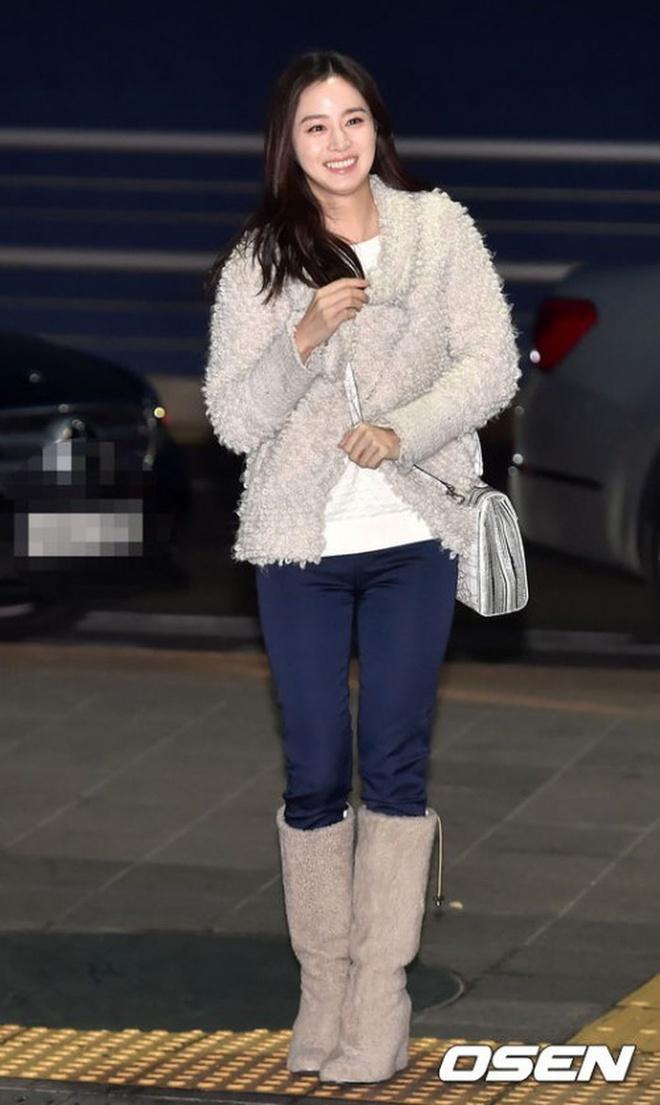 Kim Tae Hee ngoai doi thich mac do trang nhung deo tui hieu mau sac hinh anh 8 4_72252.jpg