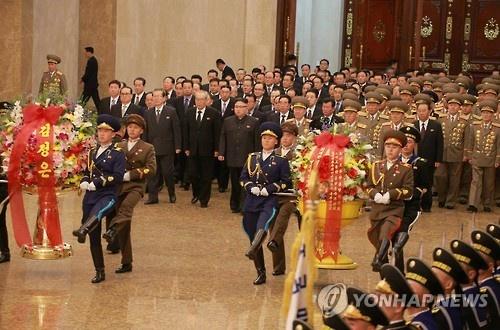 Kim Jong Un vieng lang Kumsusan nhan ngay sinh nhat cha hinh anh 1