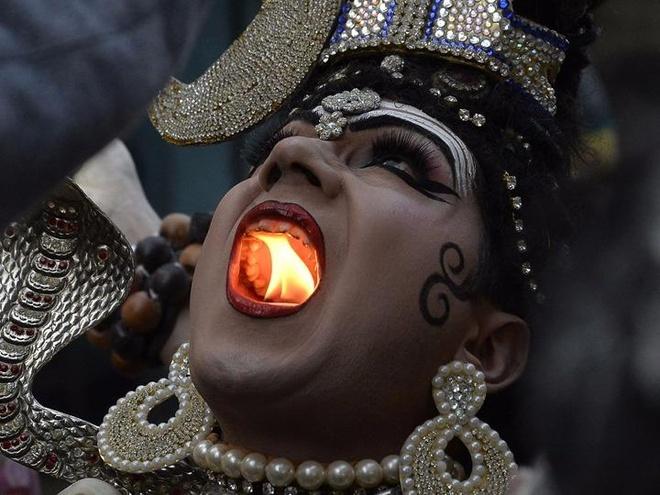 Luot anh chu nhat: 'Than Shiva' phun lua o An Do hinh anh