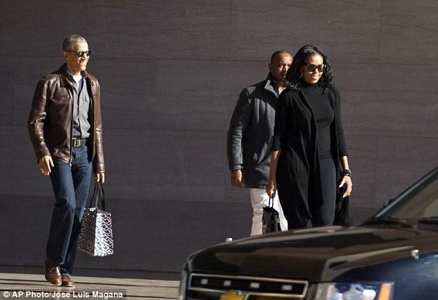 Obama tuoi cuoi xuat hien cung vo giua nghi an 'nghe len' hinh anh 1