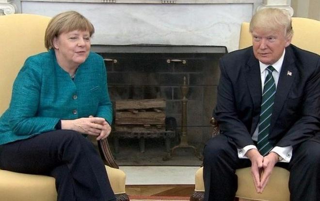 Ong Trump guong gao tu choi bat tay ba Merkel hinh anh