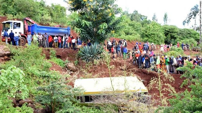 Tanzania: Xe buyt lao xuong nui, 33 hoc sinh thiet mang hinh anh 1