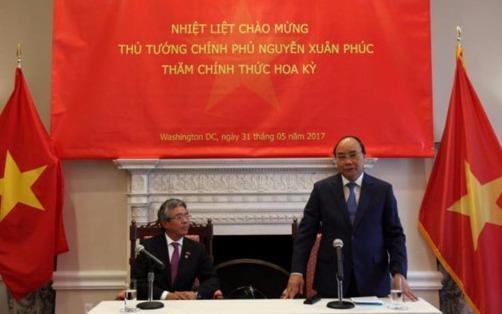 Thu tuong Nguyen Xuan Phuc tham nhan vien Dai su quan VN tai My hinh anh