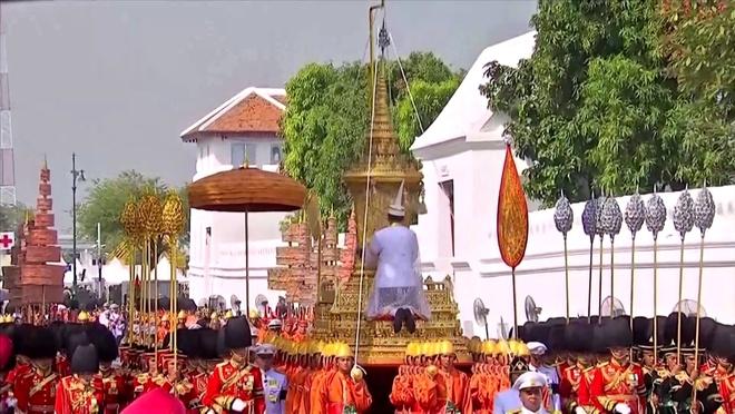 Hang tram nghin nguoi Thai tien biet vua Bhumibol hinh anh