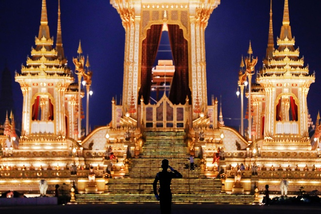 Tro cot Vua Bhumibol ve noi an nghi, Thai Lan ket thuc quoc tang hinh anh 1