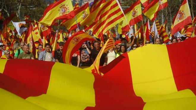 Nguoi Tay Ban Nha bieu tinh phan doi Catalonia tuyen bo doc lap hinh anh