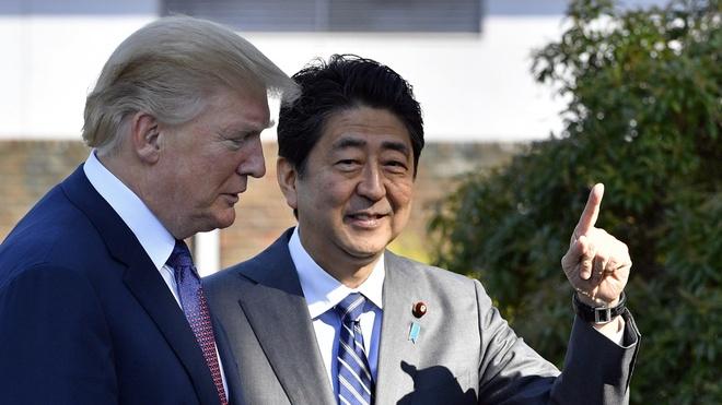 Ong Trump bat ngo tang qua cho ong Abe truoc khi choi golf hinh anh