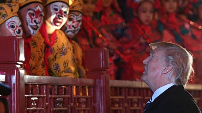 Tong thong Trump di xem kich o Trung Quoc hinh anh