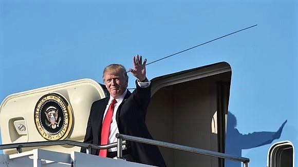 Tong thong Trump len duong den Da Nang hinh anh
