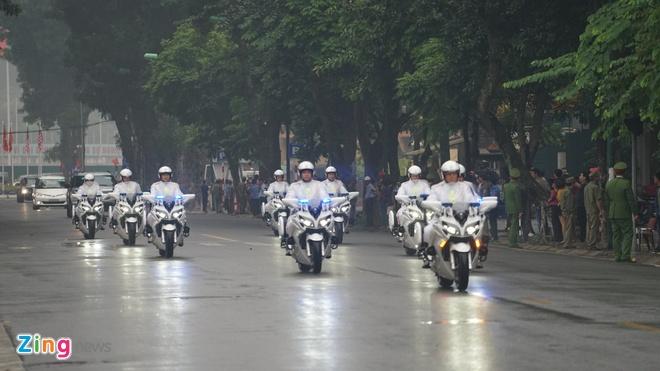 Doan xe ho tong ong Trump ra san bay Noi Bai hinh anh
