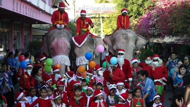 Ong gia Noel cuoi voi o Thai Lan hinh anh