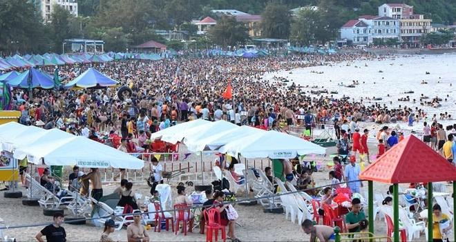 Biển Đồ Sơn 'thất thủ' ngày nắng nóng
