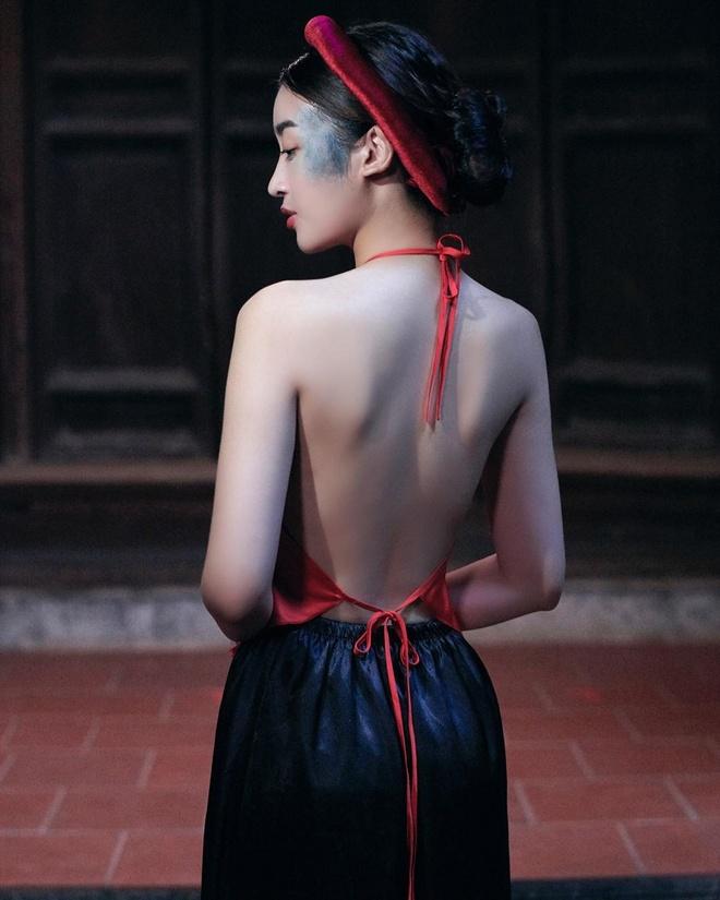Hoa hau Do My Linh duoc khen khi dang anh mac ao yem ho lung tran hinh anh 1